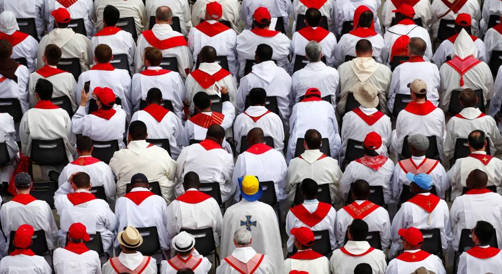 Sacerdotes asisten en junio a una misa del Papa en el Vaticano.