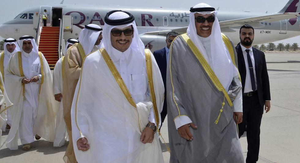El ministro kuwaití de Exteriores (a la derecha) recibe a su homólogo de Qatar, este lunes en Kuwait.