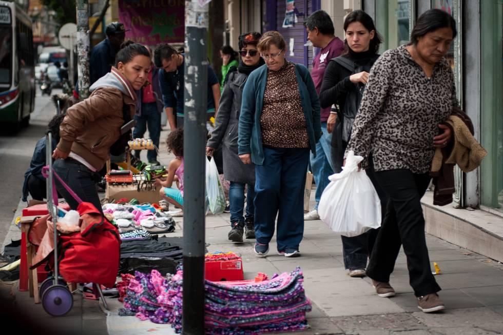 Una vendedora informal en las calles de Buenos Aires.