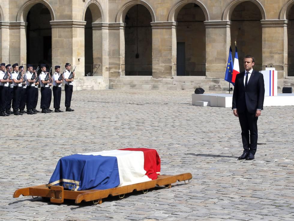 El presidente Macron rinde homenaje ante el féretro de Simone Veil durante su funeral