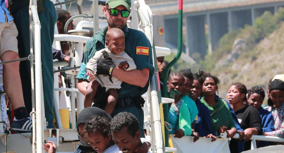 Un guardiacivil ayuda en un desembarco realizado en Salerno (sur de Italia).