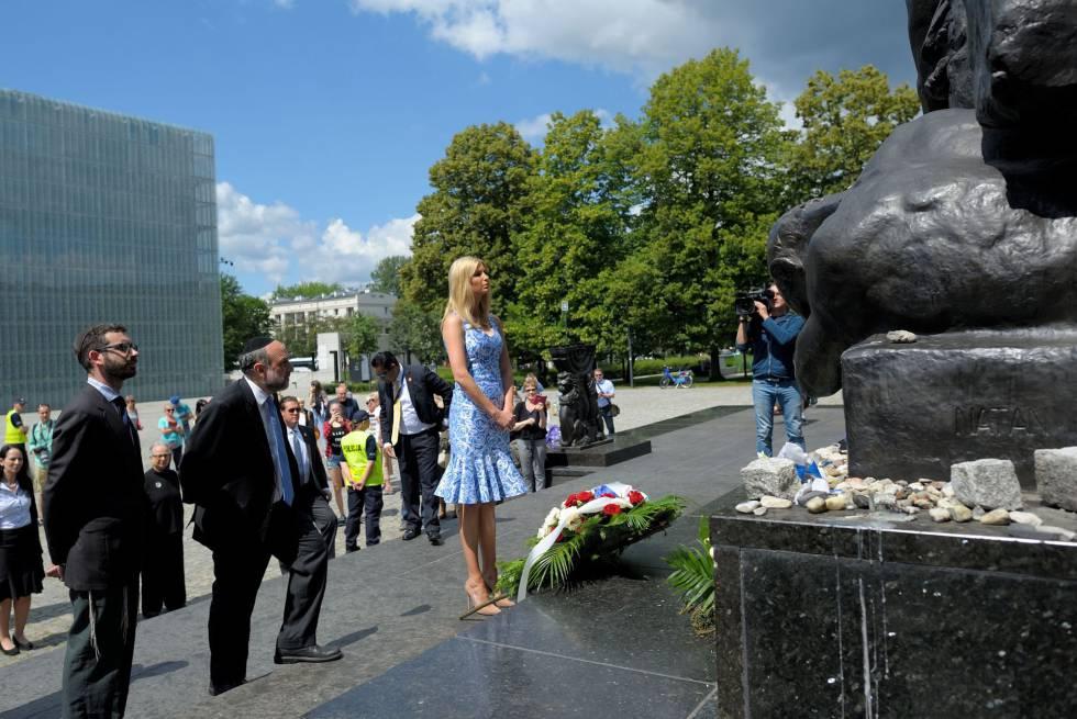 Ivanka Trump visita el monumento a los heroes y fallecidos en el guetto de Varsovia.