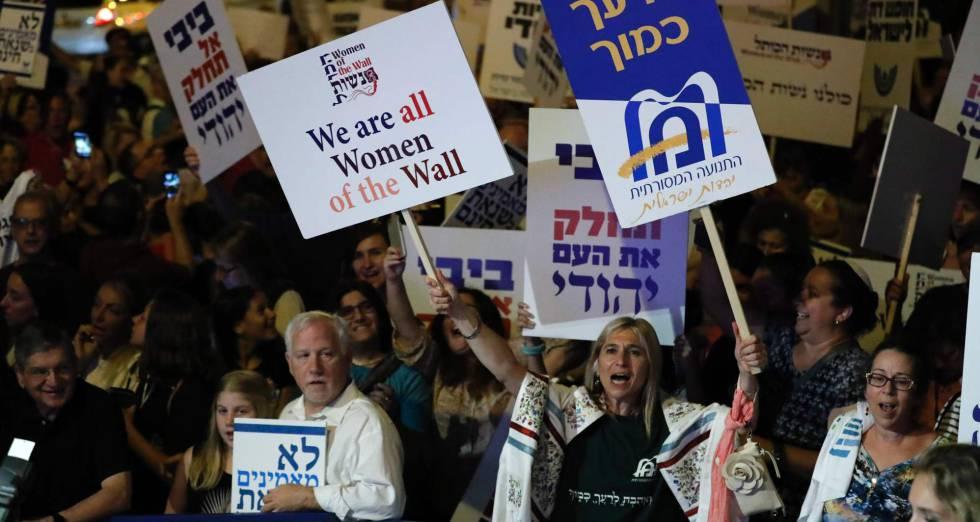 Concentración de manifestantes ante la casa del primer ministro israelí, este sábado.