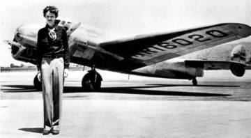 Amelia Earhart con el bimotor con que se estrelló.