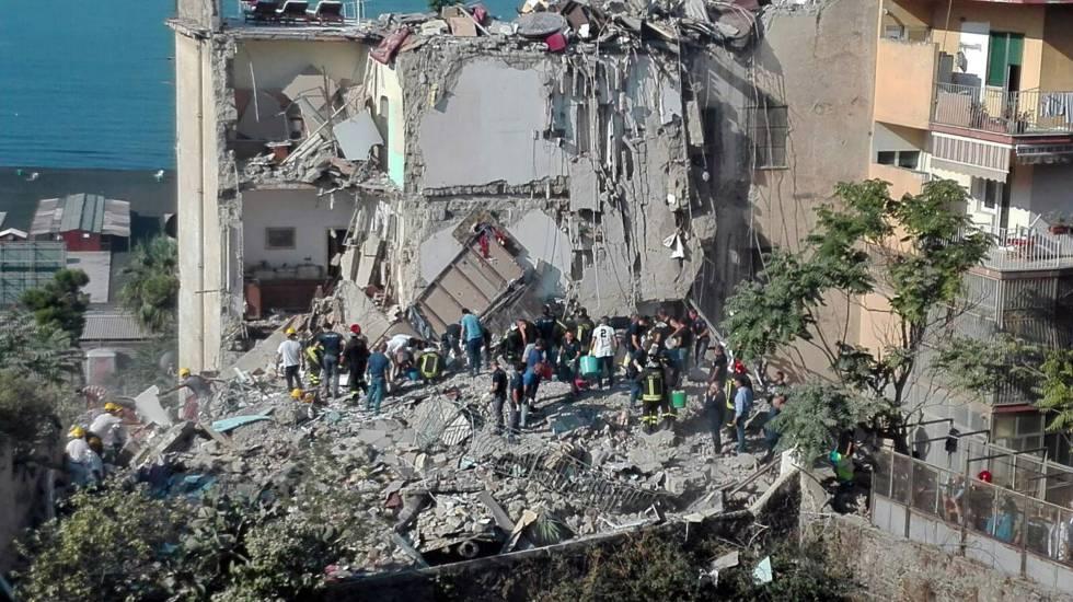 Bomberos y miembros de Protección Civil trabajan en el edificio derrumbado  en Torre Annunziata.