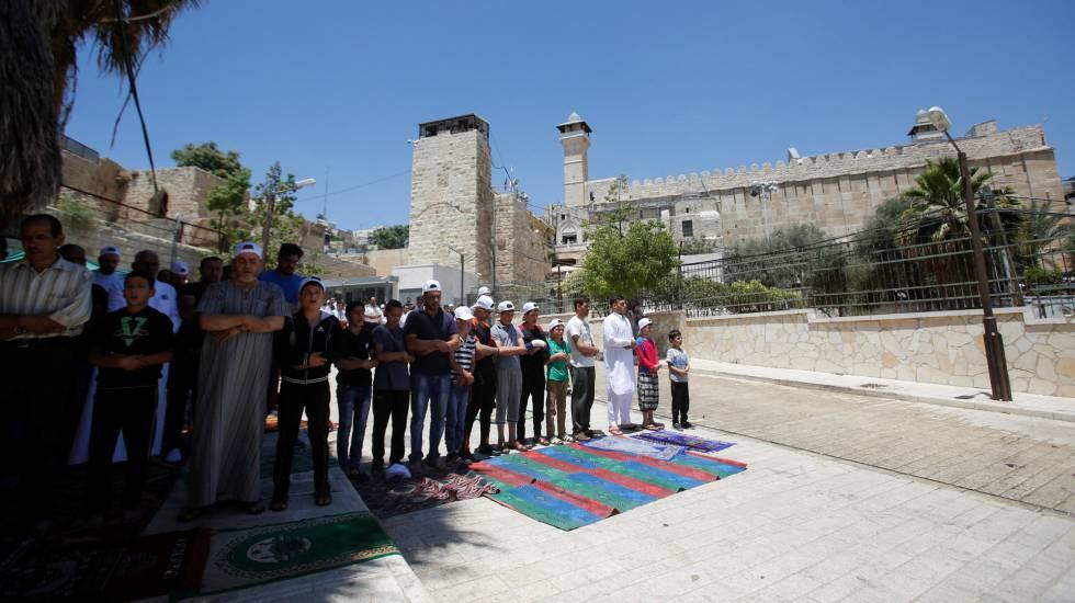 Palestinos oran fuera de la mezquita de Ibrahimi, en la ciudad vieja de Hebron.