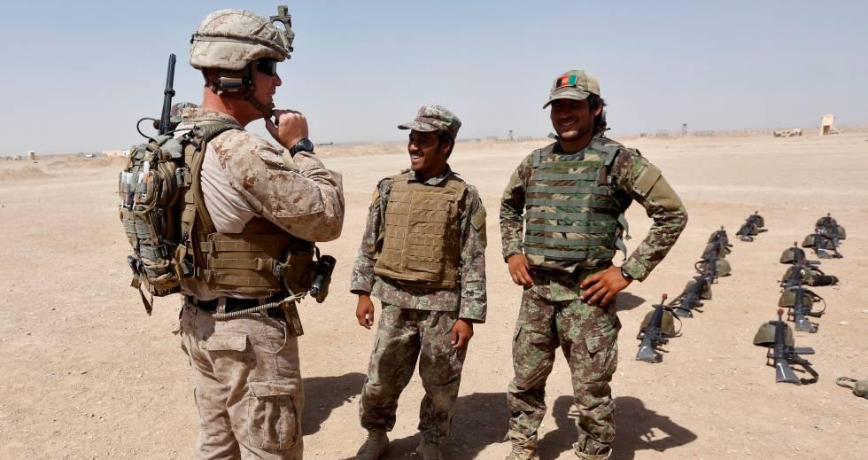 Un 'marine' charla con soldados afganos en un campo de entrenamiento en Afaganistán. rn