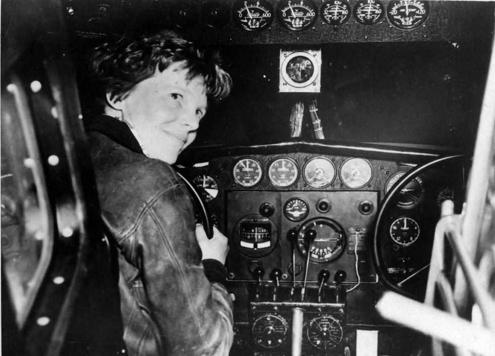 Fotografía cedida por el Archivo Nacional de la piloto estadounidense Amelia Earhart antes de su último despegue el 2 de julio de 1937 en Lae (Nueva Guinea).