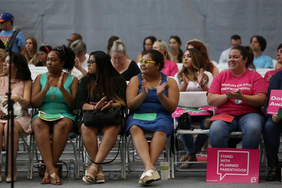 Asistentes a una jornada bilingüe sobre salud reproductiva en Phoenix, Arizona, el pasado día 5.