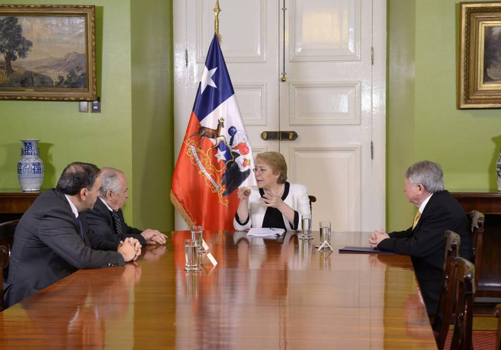 Michelle Bachelet, durante una reunión con los presidentes de la Corte Suprema, del Senado, y de la Cámara de Diputados.