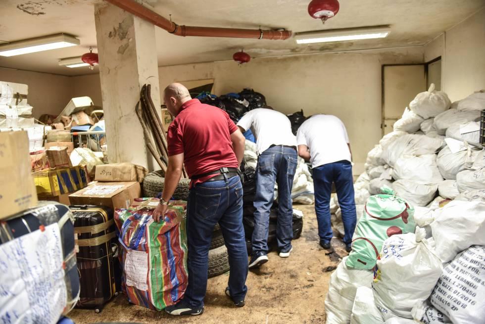 Efectivos del departamento antidroga libanés hacen el inventario de 300 toneladas de droga incautada en el sótano de la comisaria Habesh de Beirut