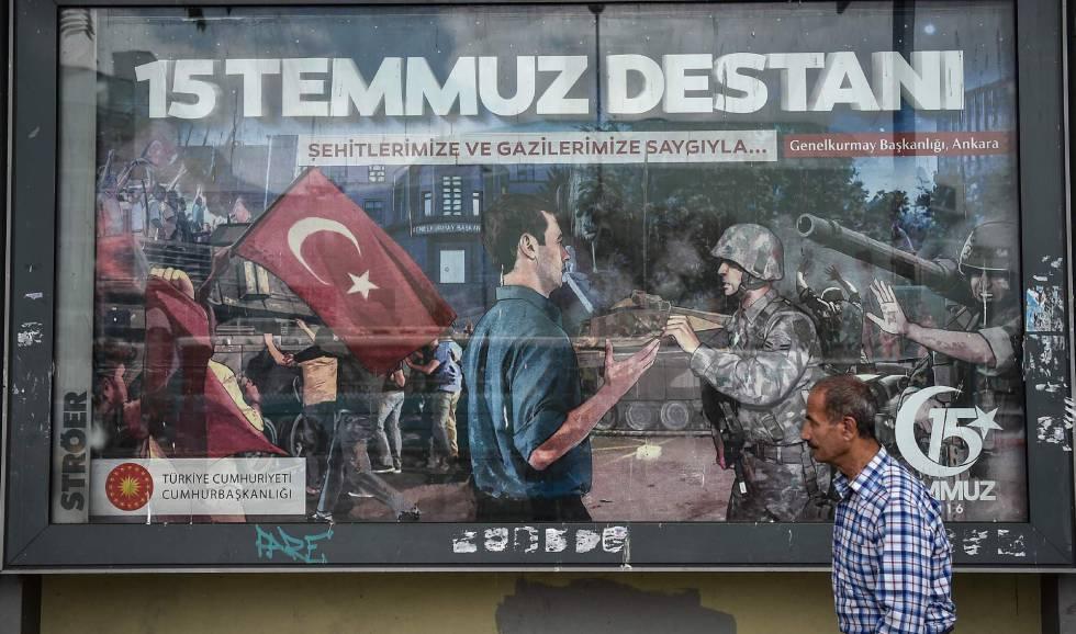 Un hombre camina este viernes en frente de un enorme cartel donde se lee 'La Leyenda del 15 de julio', en referencia al primer aniversario del fallido golpe militar del año pasado.
