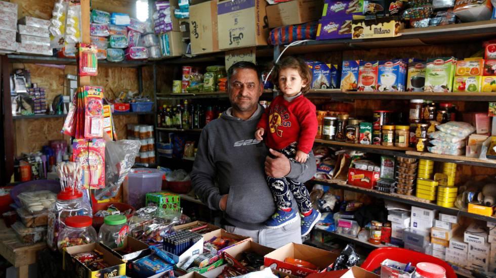 Un ciudadano iraquí y su hijo, desplazados de Qaraqosh, en su tienda en Erbil.