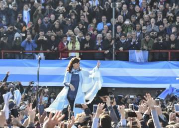 Cristina Kirchner vuelve a la política argentina con un baño de masas