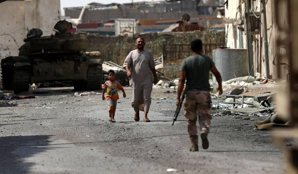 Un miembro de las fuerzas iraquíes patrulla una calle en Mosul el jueves.