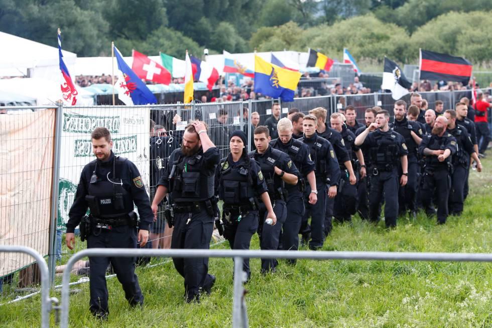 Policías alemanes vigilan el reciento del macrofestival de música ultra.