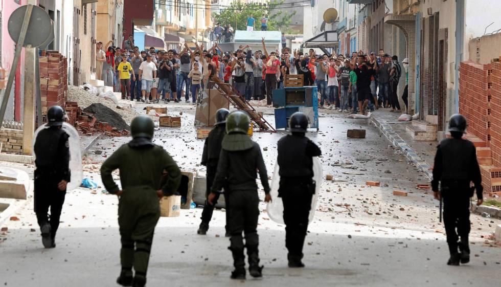 Los manifestantes marroquíes tiran piedras contra las fuerzas de seguridad en Imzouren, cerca de Alhucemas, en junio.
