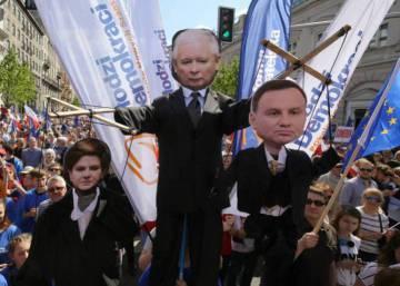 Decenas de miles de polacos salen a la calle en Varsovia contra la deriva autoritaria del Gobierno
