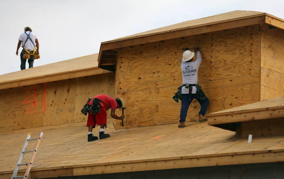 Trabajadores en una casa en construcción en Boca Raton, Florida.