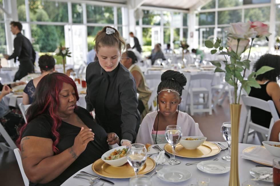 Trishell Crawford y su hija Jacqueline, dos de las invitadas al banquete caritativo.