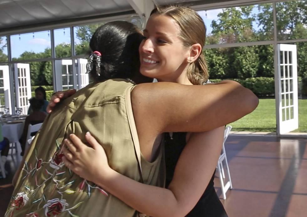 Sarah Cummins abraza a una de sus invitadas, Janice Williamson-Cox, a su llegada al centro de recepciones Ritz Charles.