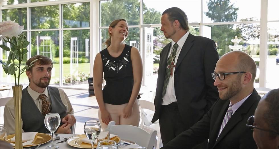 Sarah Cummins charla con miembros de la Wheeler Mission, la organización caritativa con la que ha organizado el banquete.