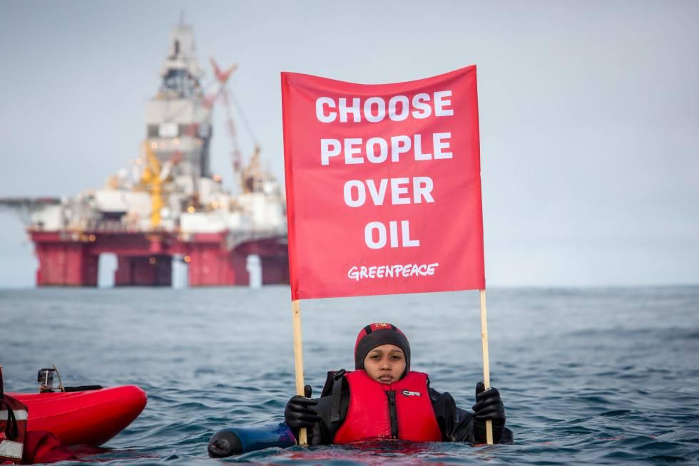 Joanna Sustento, una refugiada climática de Filipinas, protesta por las perforaciones petroleras en el Mar de Barents.