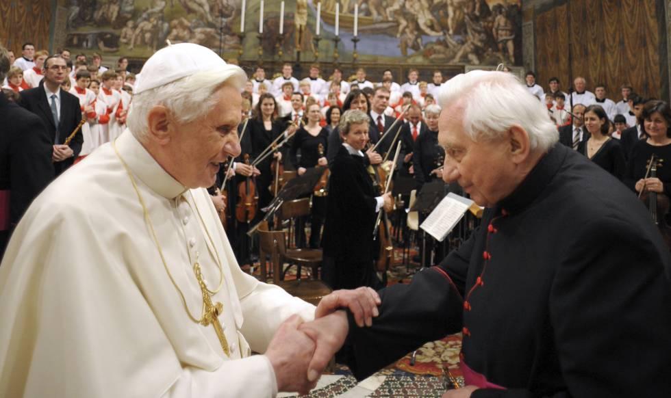 El entonces papa Benedicto XVI saluda a su hermano Georg ante el coro de Ratisbona en el Vaticano en 2009.