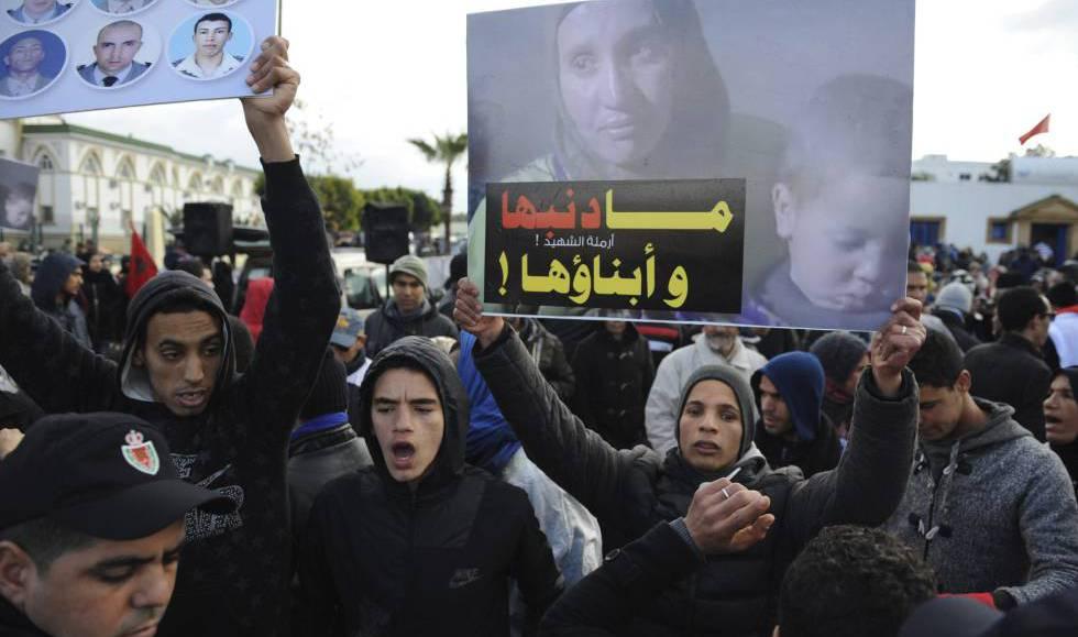 Familiares de los muertos en el campamento de Gdaim Izik reclaman justicia el pasado enero frente a la corte del tribunal donde comenzó el juicio contra 24 saharauis, en Salé, cerca de Rabat.