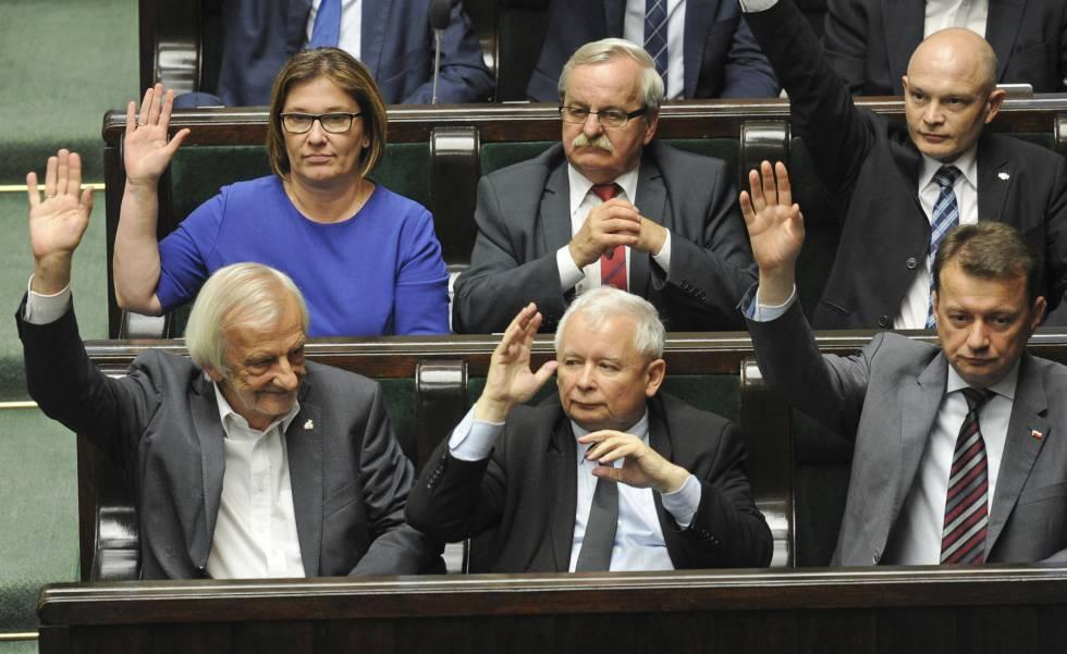 El ex primer ministro Jaroslaw Kaczynski (en el centro) en la votación en el Parlamento, este jueves.