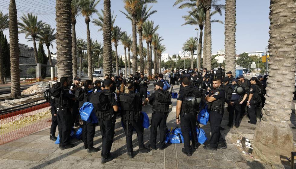 Policías israelíes patrullan este viernes la Ciudad Vieja de Jerusalén.