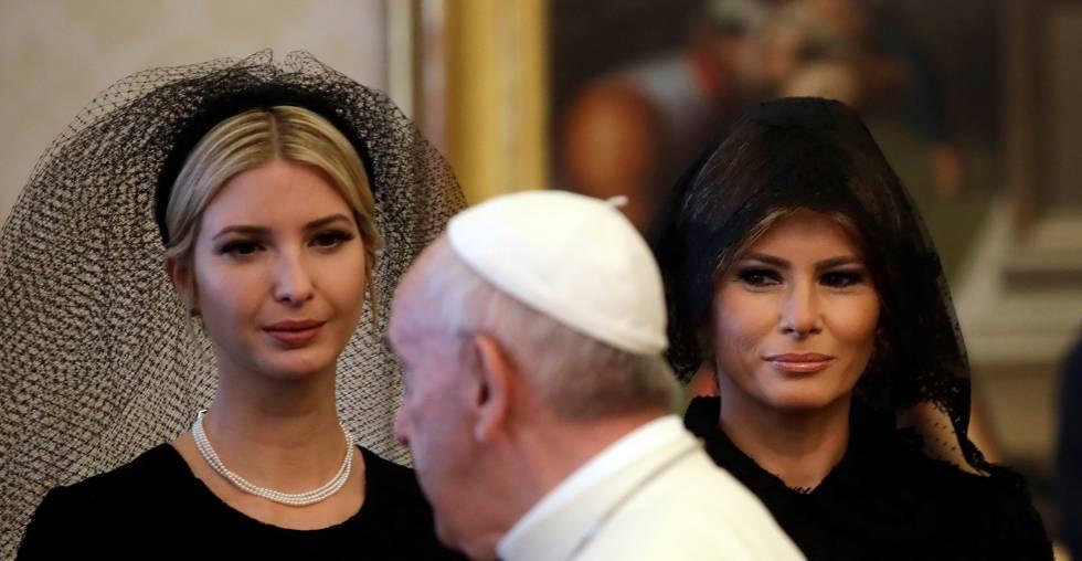 El papa Francisco, entre Ivanka (izquierda) y Melania Trump (derecha), en una audiencia en el Vaticano el 24 de mayo pasado.