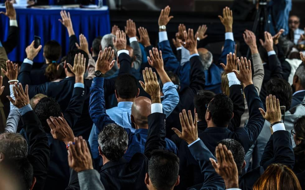 Jueces del Tribunal Supremo nombrados por el Parlamento venezolano juran el cargo en Caracas.