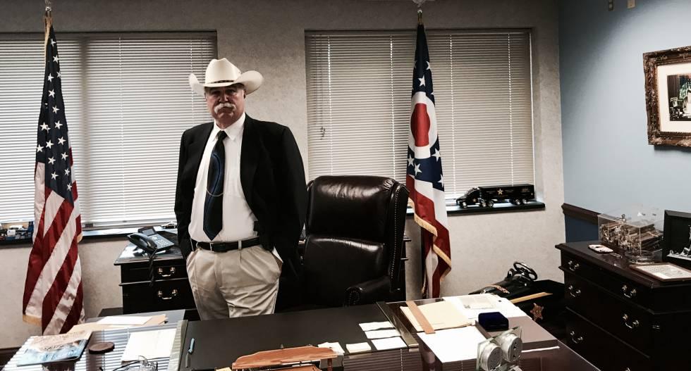 El sheriff Richard K. Jones en su despacho.