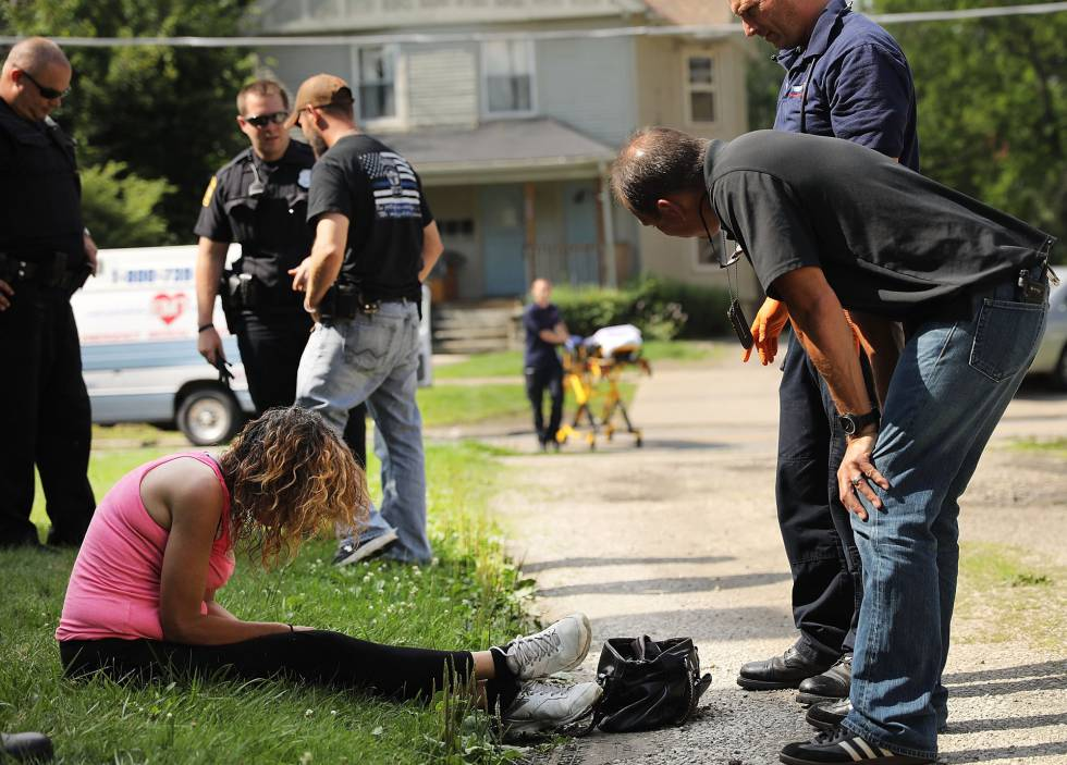 Personal sanitario atiende a una mujer con una sobredosis, en Warren (Ohio)