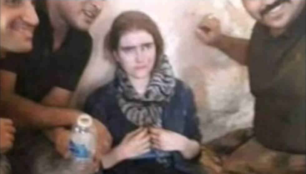 Linda Wenzel, rodeada de soldados iraquíes.