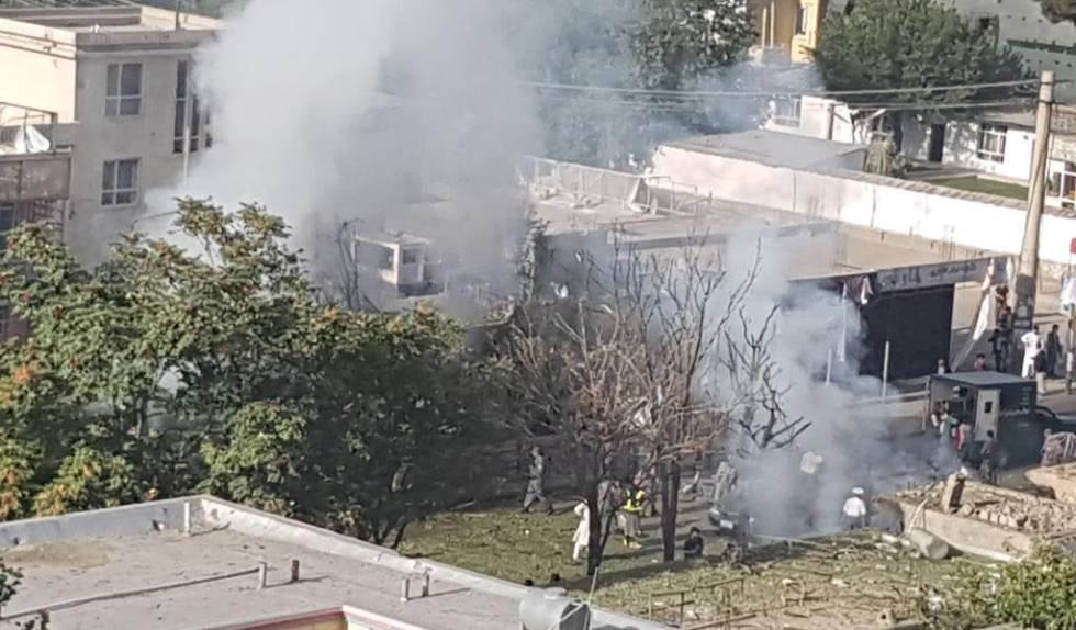 Humo en el lugar donde se ha producido el estallido de un coche bomba en Kabul.