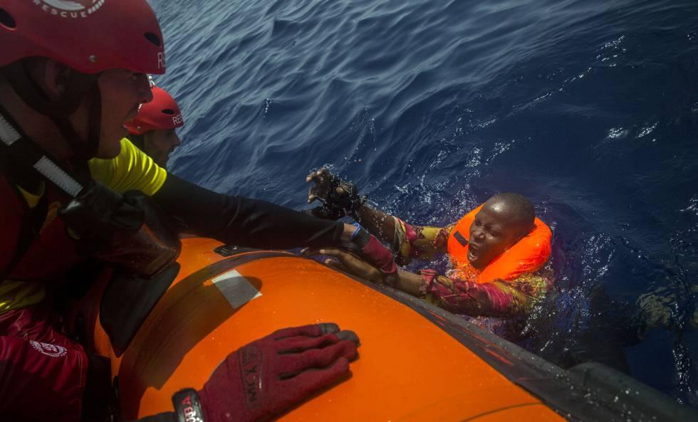 La ONG española Proactiva Open Arms rescata a un migrante del mar.
