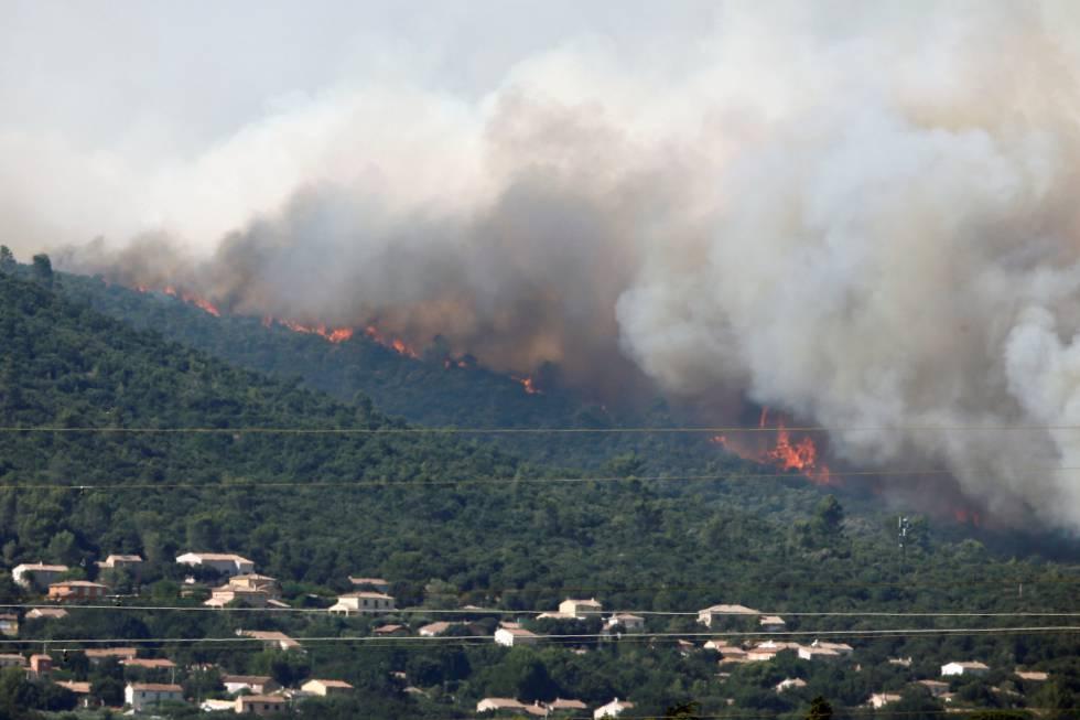 Las llamas y el humo amenazan las viviendas en Seillons, en el departamento de Var.