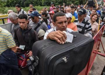 Decenas de miles de venezolanos cruzan a Colombia