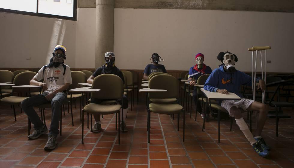 Estudiantes universitarios miembros de La Resistencia, que protesta contra el Gobierno de Maduro.