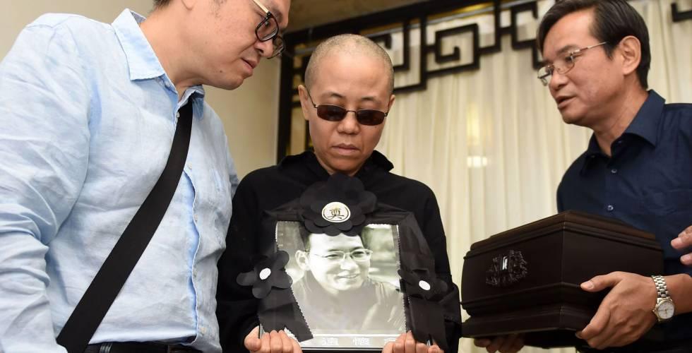 Liu Xia recibe una urna con las cenizas de Liu Xiaobo
