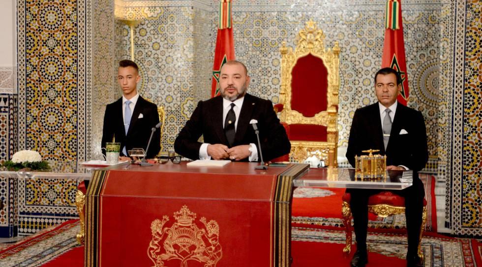 Imagen proporcionada por el Palacio Real en la que se ve a Mohamed VI, en el centro, flanqueado por su hermano, el príncipe Mulay Rachid y su hijo, el prícipe Mulay Hassan, a su derecha, durante el discurso de la Fiesta del Trono, pronunciado este sábado en Tetuán.
