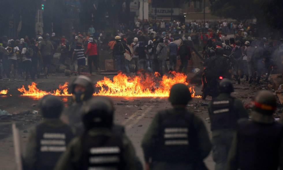 Enfrentamientos entre manifestantes y las fuerzas de seguridad venezolanas .