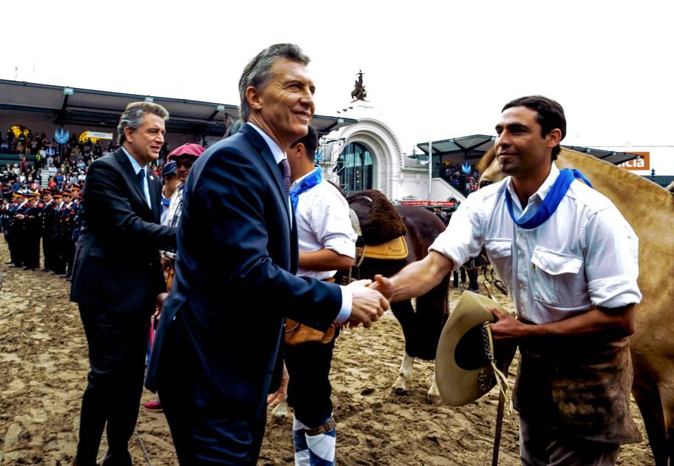El presidente Mauricio Macri saluda a un trabajador del campo durante la apertura de la Exposición Rural en Buenos Aires.