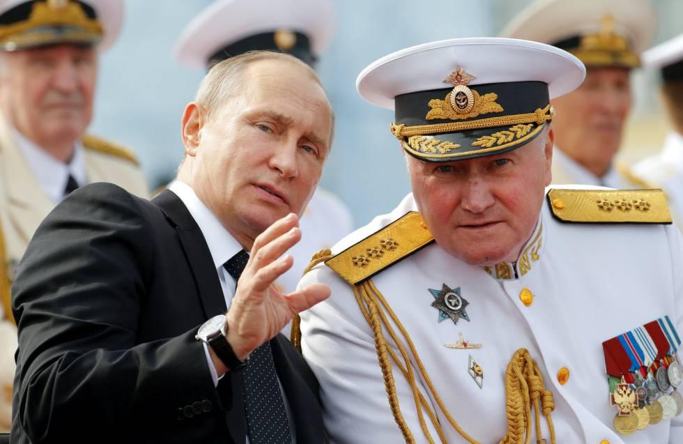 Vládimir Putin habla con el comandante en jefe de la Marina rusa, Vládimir Korolev, hoy en San Petersburgo.