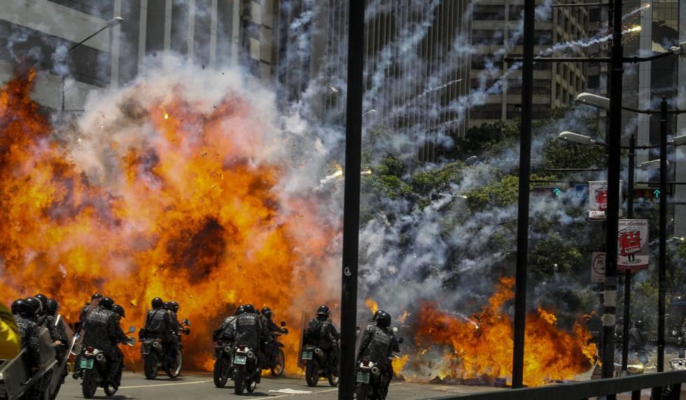 Una explosión en medio de varios policías el domingo en Caracas.