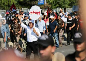 Cientos de miles de turcos se manifiestan en Estambul por la Justicia y contra Erdogan