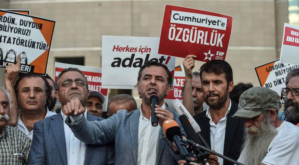 Miembros de la oposición hablan a la prensa, a finales de julio en Estambul.