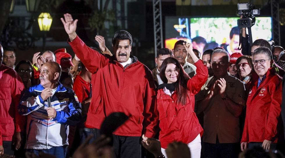 Maduro y su mujer, Cilia Flores, la noche del domingo tras la jornada electoral.